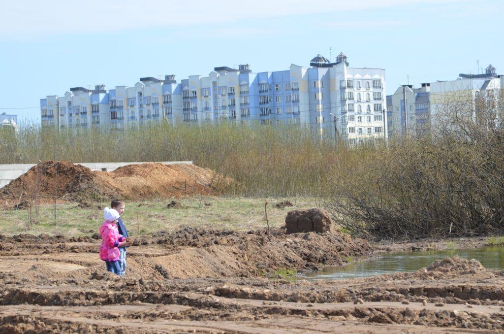 На территории экотропы есть водоём, который уже облюбовали дети