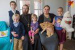 30-летняя матушка Ксения Коляда из деревни Жировичи рассказывает о жизни жены священника, матери четырех детей и руководительницы местного женского клуба