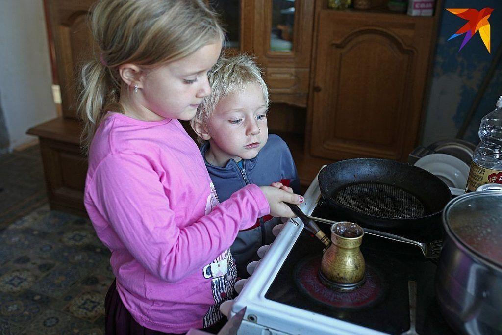 Дети часто стараются помогать родителям по дому или на кухнеФото:ПАВЕЛ МАРТИНЧИК