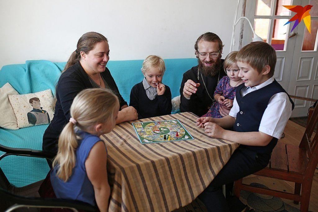 В свободное времясемья играет в настольные игры все вместе. Фото:ПАВЕЛ МАРТИНЧИК