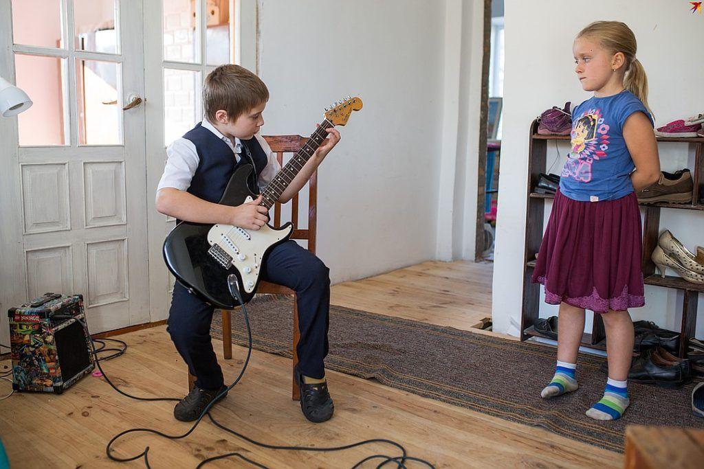 Старший сын Самсон учится игре на гитаре.Фото:ПАВЕЛ МАРТИНЧИК