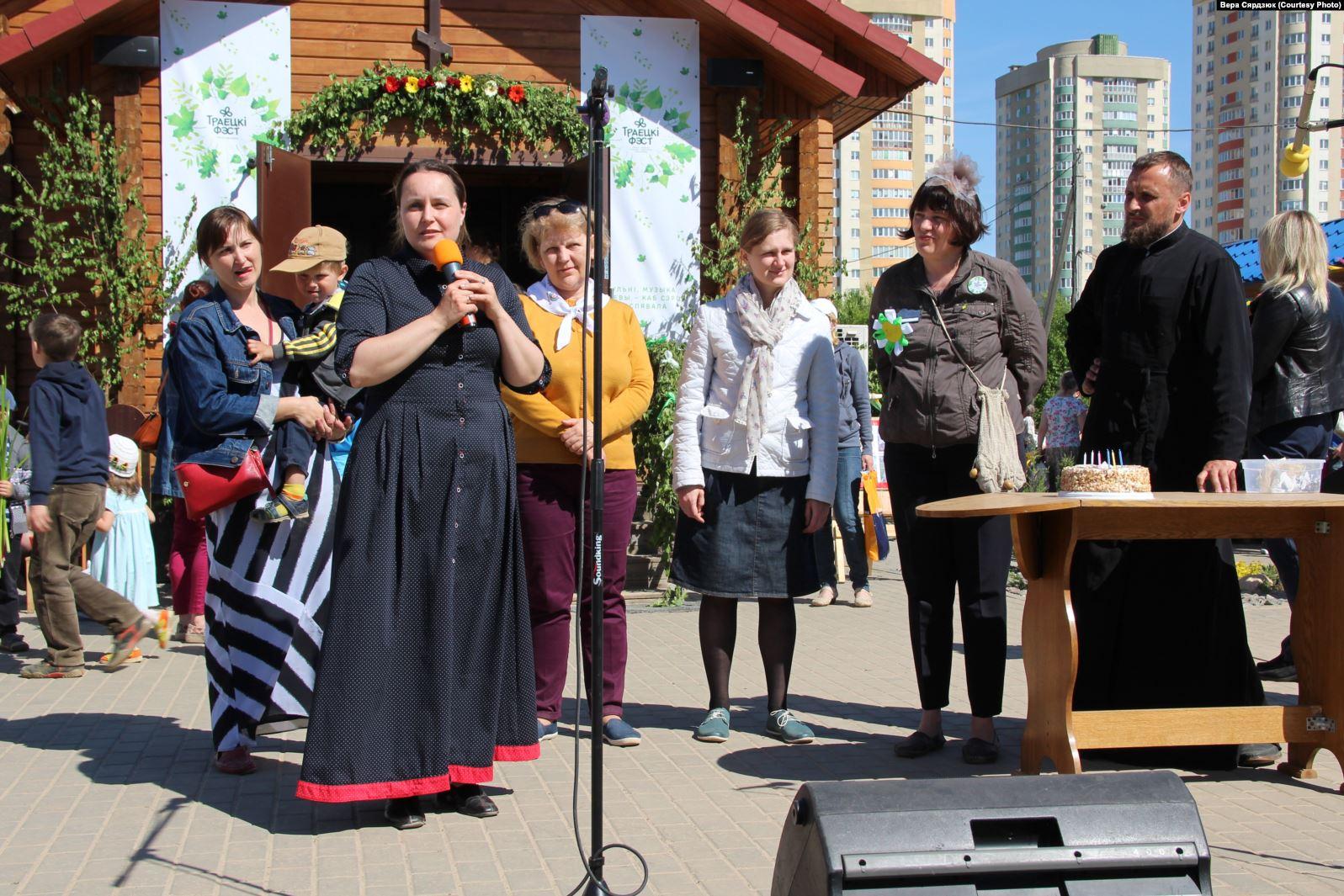 Вера Сярдзюк (зь мікрафонам) выступае падчас фэстывалю хрысьціянских культур «Траецкi фэст», 2017 год