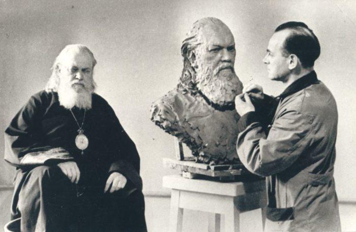 Святитель Лука Войно-Ясенецкий в мастерской скульптора, 1947 год