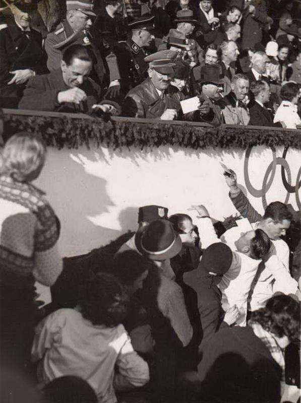 Гитлер и Геббельс раздают автографы на Олимпийских играх 1936 г.