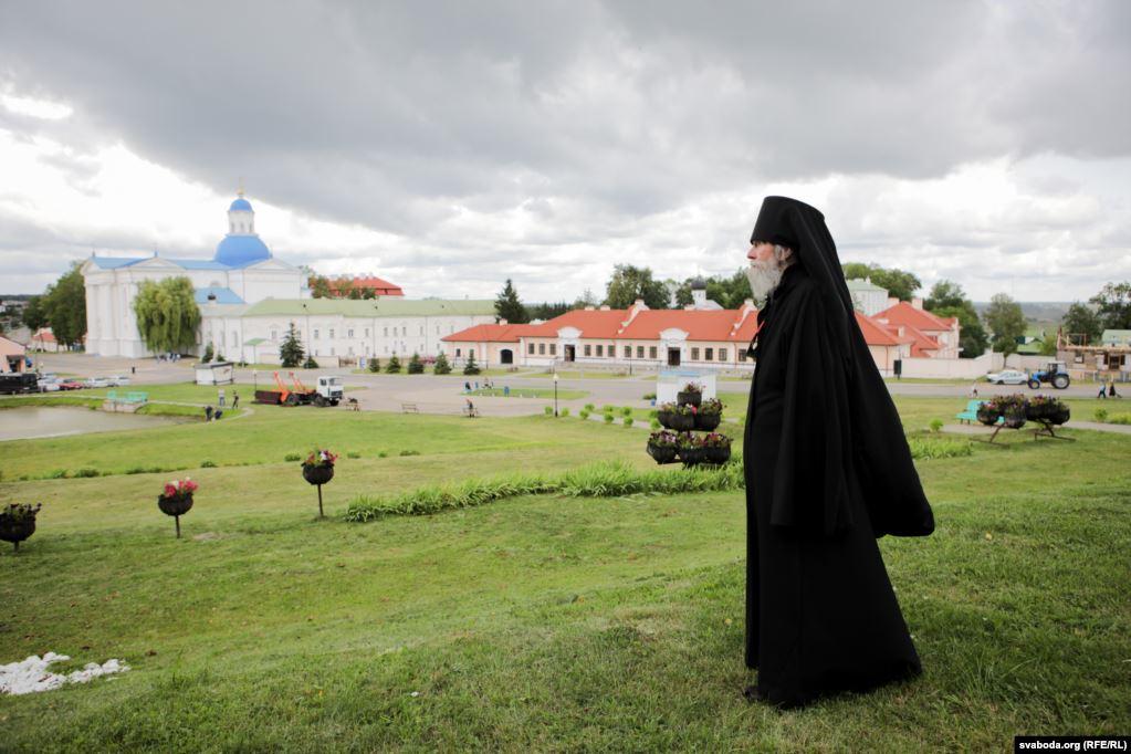 Манах Іаан на фоне манастырскага комплексу