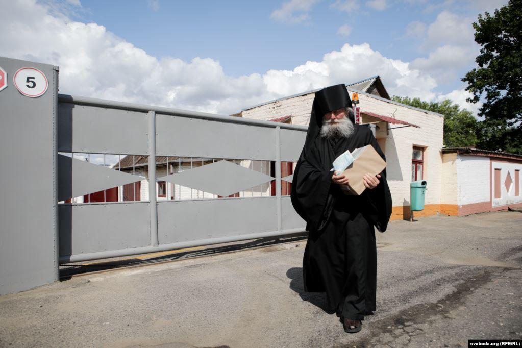 Манах Іаан забірае наклад багаслоўскай літаратуры са Слонімскай друкарні