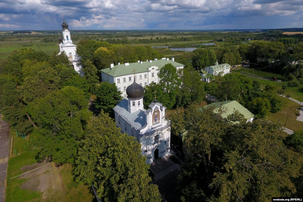 Манаскія кельлі месьцяцца за Яўленскай царквой